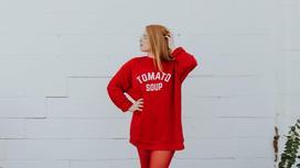 девушка в красном свитшоте
