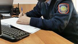 Полицейский пишет в журналие