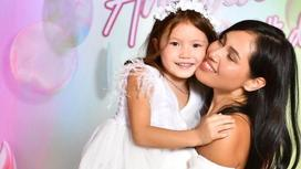 Наzима с дочерью