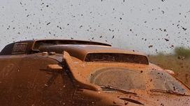 Көлігін батпаққа батырып алған жүргізуші желіде талқыға түсті (видео)