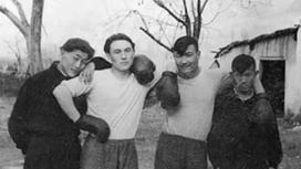 Былғары қолғап киген Назарбаевтың жас кезіндегі суреті көпті тәнті етті