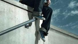 мужчина сидит на крыше