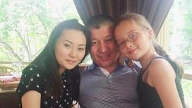 Баян Алагузовова с дочкой и бывшем мужем