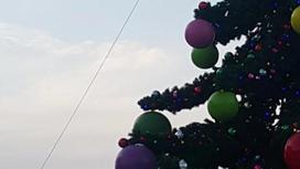 """""""Наурызға дейін тұра ма?"""": Астананың қақ ортасындағы жаңа жылдық шырша әлі алынбаған"""
