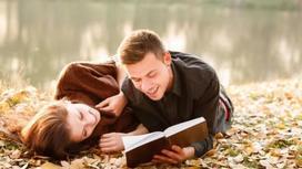 Парень читает девушке