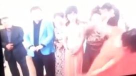 Қазақ тойында тілек айтып тұрған әйел жанына келген келіншекті ұрып құлатты (видео)