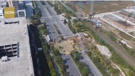 Қытайда кенеттен жер опырылып, бірнеше адамды жұтып қойды
