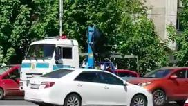 Алматинцев удивил полицейский эвакуатор, вернувший авто на место (видео)