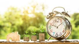 часы и столбики из монеток