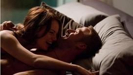 мужчина и женщина смеются в кровати