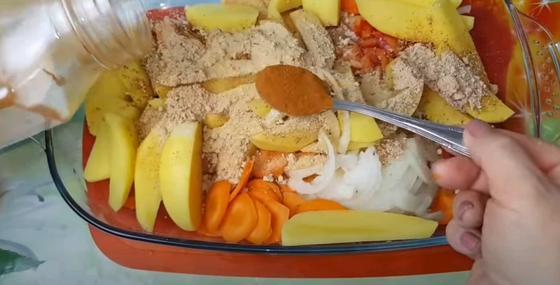 Мясо и овощи в жаропрочной форме под специями