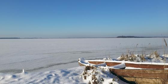 Автомобиль с тремя пассажирами ушел под лед на озере Балхаш