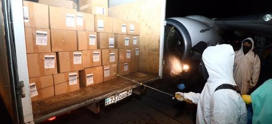 Ноутбуки и 100 тысяч масок: самолет с гумпомощью из Польши прилетел в Казахстан (фото)