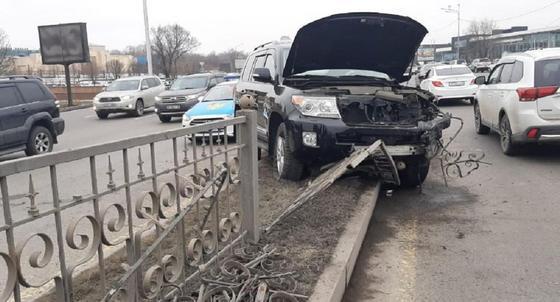 Девушка и ребенок попали в больницу после аварии на Аль-Фараби в Алматы (фото)
