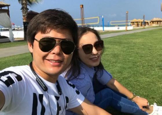 Ернар Айдар с женой. Скриншот