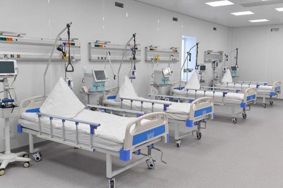Больничные койки в новом госпитале в Алматы