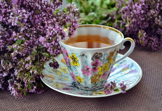 Чашка с чаем и букетики чабреца