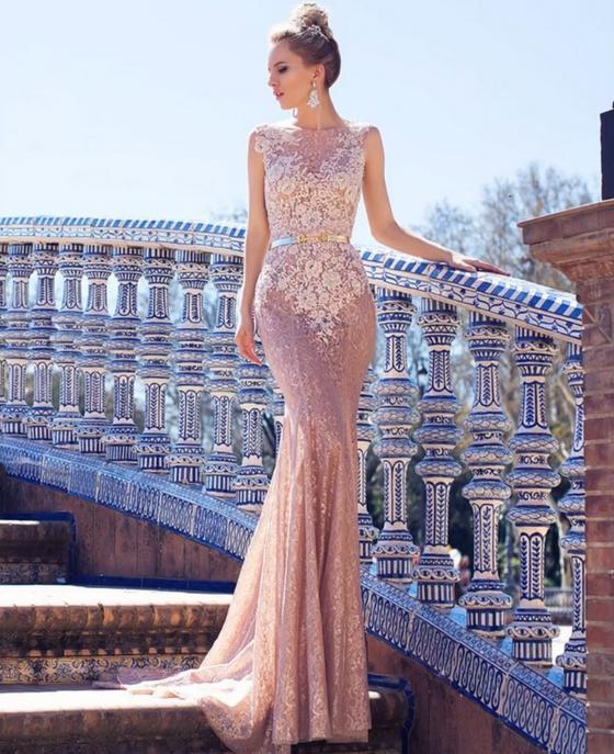 Платье-годе в пастельной гамме на девушке-модели