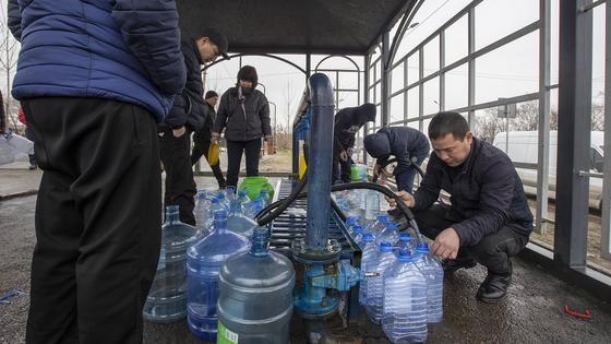 Алматинцы набирают минимум 50 литров воды за раз