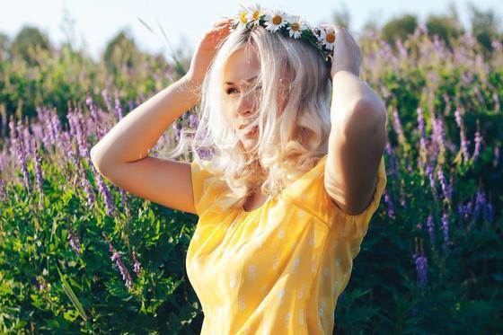 Девушка в венке на поле с цветами