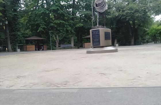 В парке Ганди убирают уложенную при Байбеке брусчатку