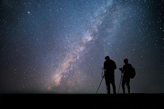 Люди наблюдают за звездами