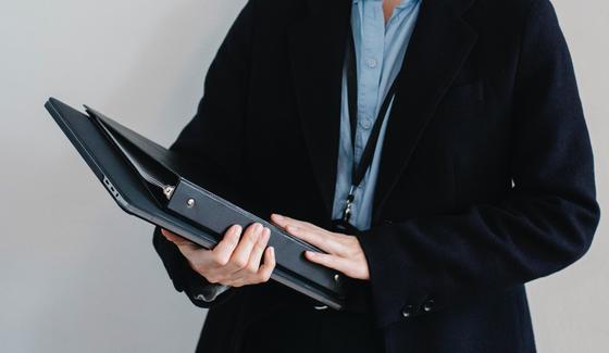 Папка и ноутбук в руках