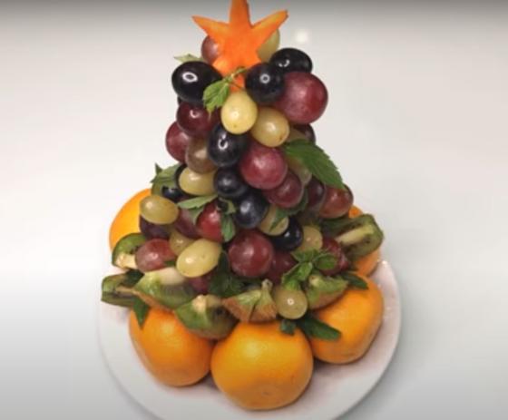 мандарины, виноград, киви в форме елочки