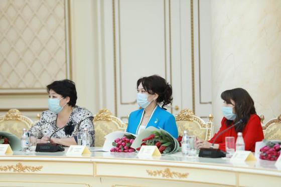 Женщины на мероприятии «Өмір сіздермен шуақты»