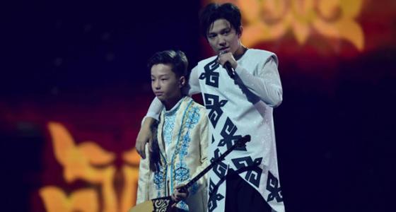 Димаш и его младший брат сыграли на домбре на сольном концерте (видео)