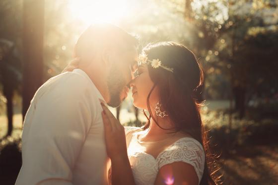 Жених и невеста нежно целуются