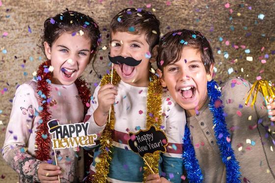 Дети веселятся на новогоднем празднике