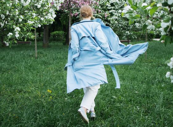 Девушка в голубом тренче