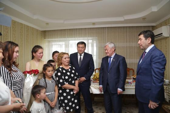 В Карагандинской области многодетные семьи продолжают обеспечивать жильем