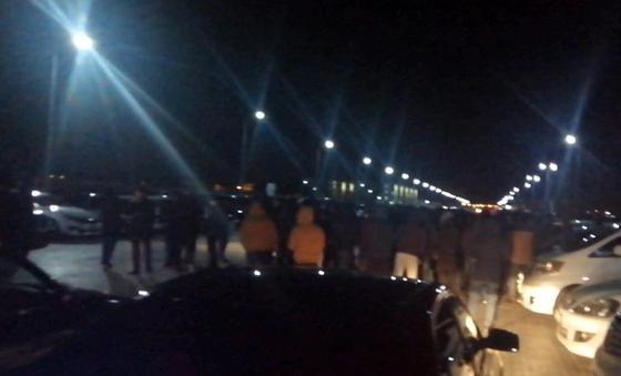 «Мест на штрафстоянке не хватит»: Владельцы незарегистрированных автомобилей собрались на митинг в Актау и Жанаозене