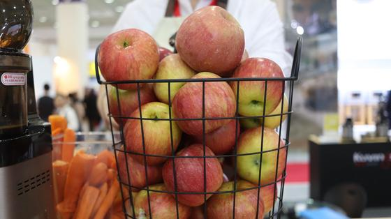 Корзина с яблоками