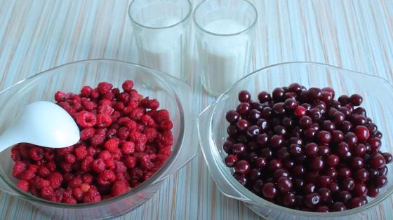 Вишни и малина в мисках и сахар в стаканах