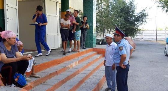 Полицейские Туркестанской области оказывают помощь жителям