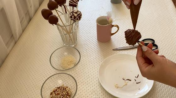 Оформление клубники черным шоколадом