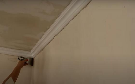 Приклеивание галтелей к стене