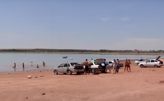 Отдыхающие на пляже. Кадр из видео: Otyrar.kz