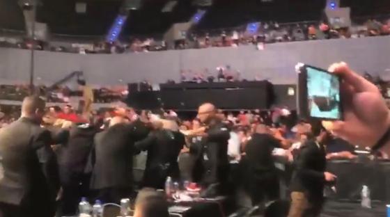 Пальцем в глаз и бутылки в октагон: турнир UFC завершился бунтом зрителей