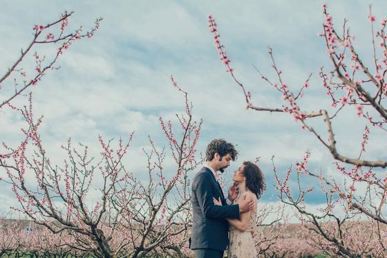 Мужчина смотрит на женщину среди цветущего сада