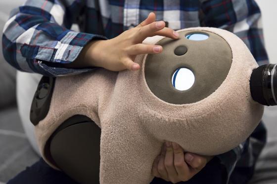 Робот Ловот в руках ребенка