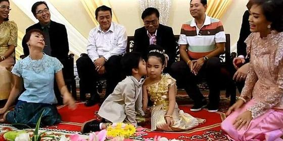 В Таиланде поженили 6-летних близнецов