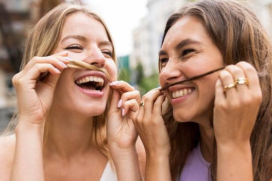 Две девуши улыбаются