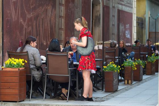 Официантка принимает заказ у гостей кафе
