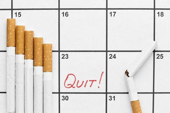 Сигареты на фоне календаря