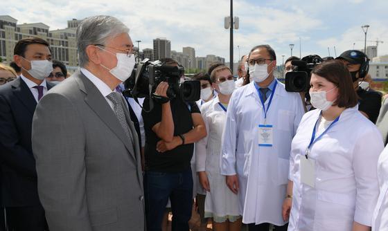 Президент Казахстана Касым-Жомарт Токаев говорит с медработниками