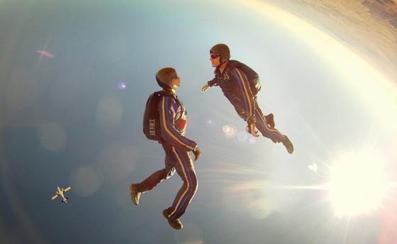 Два человека в небе, парашютисты, солнце